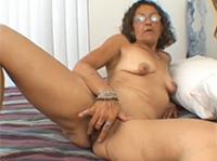 Brillenschlange macht Oma Masturbation