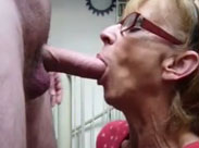 Oma bläst ihrem Nachbarn den Schwanz