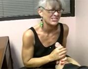 Alte Brillenschlange liebt Blowjobs