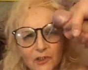 Alte Brillenschlange vollgewichst