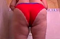 Fette Oma masturbiert mit Dildo