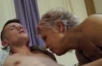 Alte Frau junger Schwanz