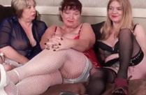 Alte Frauen beim Gruppensex beobachtet