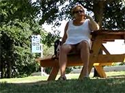 Alte Nutte entblößt sich im Park