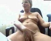 Alte Oma masturbiert vor der Webcam