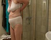 Alte Schlampe beim Duschen