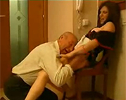 Alter Sack bumst das Hausmädchen