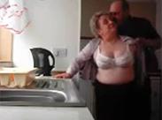 Amateur Oma und Opa ficken in Küche