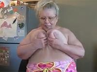 Assige BBW Oma strippt für dich