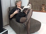 Attraktive Oma wird beim Lesen geil