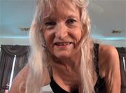 Attraktive Oma legt Striptease hin
