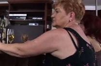 Oma in einer Bar auf dem Boden geleckt und gefickt
