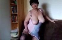 Barbusige alte Frau