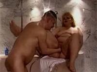 BBW Granny im Bad gefistet