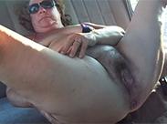 Behaarte Fotze im Auto rubbeln