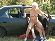 Blonde Großmutter im Auto gefickt