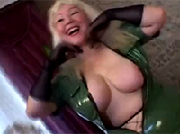 Blonde Latex Oma will den Prügel