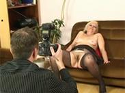 Blonde Oma auf der Castingcouch