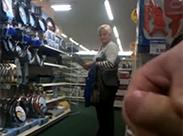Blonde Oma beobachtet mich beim Wichsen