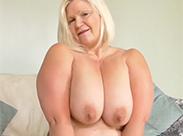 Blonde Oma mit dicken Titten
