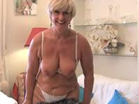Blonde Oma spielt mit ihrer Muschi
