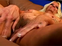 Blonde Oma strippt