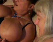 Britische Oma und ihre Busenfreundin