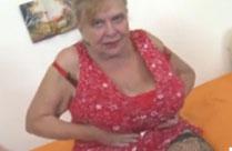 Oma fickt ihre haarige Fotze