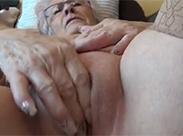 Deutsche Oma fingert sich frontal