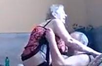 Omi setzt sich auf Opis Schwanz