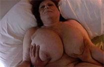 Oma hat fette Titten und fummelt gern dran herum
