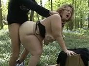 Dicke Mutter im Park gebumst