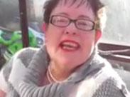 Oma masturbiert mit Dildo auf der Terasse
