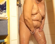 Dicke Oma in Dusche