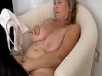 Dicke Oma masturbiert