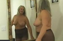 Oma strippt und fingert sich