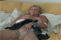 Oma mit dicken Titten masturbiert für euch