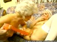 Granny mit Dildo gefickt