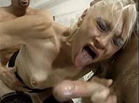 Dominante Oma von ihren Sklaven gefickt