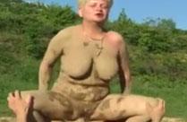 Dreckige Oma im Outdoorporno