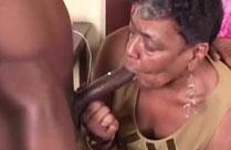 Schwarze Oma bläst harten langen Schwanz