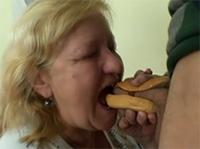 Ein dicker Hot Dog für die geile Oma