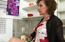 Oma ist geil und masturbiert in der Küche