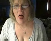 Ekel Amateur Oma vor der Webcam