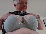 Englische Hausfrau stopft ihre Muschi
