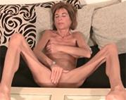 Extrem dünne Omi masturbiert