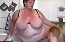 Er steht auf extrem fette alte Frauen