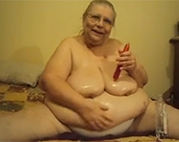 Extrem fette Granny ölt sich ein