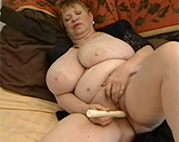 Dildo Oma hat extrem fette Omatitten