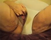 Extreme BBW Granny rubbelt ihre Möse